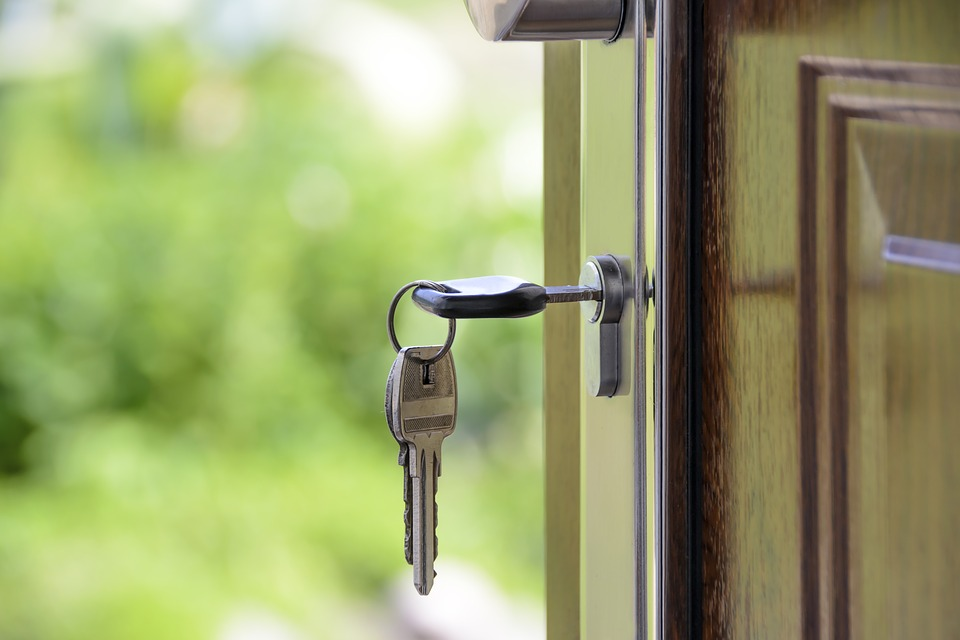 Kiknek ajánlott a biztonsági ajtó használata?